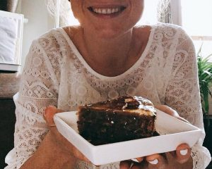 Willemijn van Willem-Pie met een stukje van een eigen gemaakte veganistische taart.