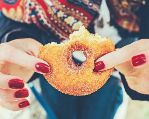 Een Deen-caissière werd op staande voet ontslagen omdat ze een hap uit een donut nam die anders weggegooid zou worden.