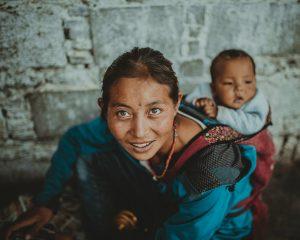 Waterkoeler weetjes: 5 landen waar je als vrouw liever niet woont: vrouw met baby op de rug.