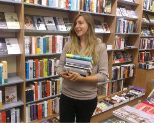 Julia heeft haar droombaan gevonden. Ze staat elke dag tussen honderden boeken in Boekhandel Mulder.