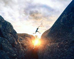Vrouw springt van de ene berg naar de andere. Hoe zorg jij ervoor dat je van je stage je baan maakt?