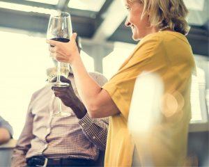 Een wijntje drinken mag tijdens een zakendiner, maar drink wel met mate!
