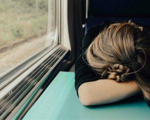 Vrouw is aan het slapen in de trein.