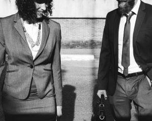 Twee mensen in werkkleding, ze bespreken slecht nieuws.