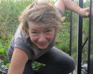 Liesbeth aan het werk in haar eigen tuin.