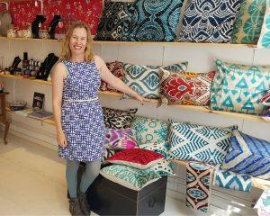 Susan tussen de oosterse spullen in haar eigen winkel Sozan.