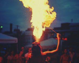 Vrouwelijke vuurspuwer Burning man