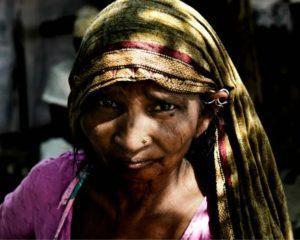 Vrouw die slachtoffer van de misstanden in de kledingindustrie is.