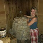 Marije heeft een unieke hobby, ze is opgietster in de sauna.