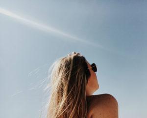 Meisje in de zon op vakantie