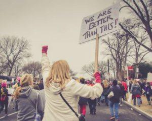 demonstranten die demonsteren voor het goede doel