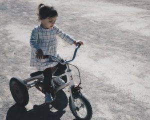 Enig kind: meisje op driewieler.