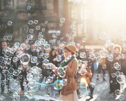 Een weirdo kan van kleine dingen genieten die 'normale' mensen niet zien of als raar of kinderachtig bestempelen.