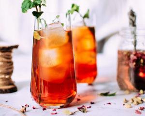 Feit of fabel bij warm weer koel je af door een koud drankje