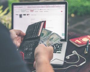 Portemonnee met geld voor een laptop