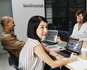8 dingen die iedereen op kantoor stiekem wel eens doet