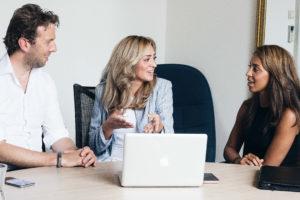 Anita met haar collega's op kantoor.