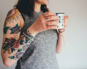Vrouw met een kopje koffie in haar hand