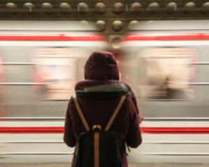 Vrouw die kijkt naar een voorbijgaande trein