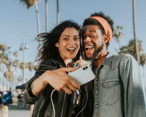 Waarom millenials verslaafd zijn aan geluk