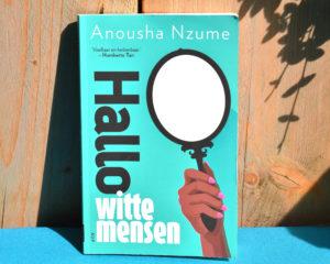 Hallo witte mensen van Anousha Nzume.