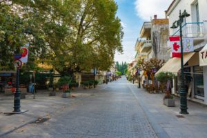 De straten in Olympia zijn versierd met vlaggen uit allemaal verschillende landen.