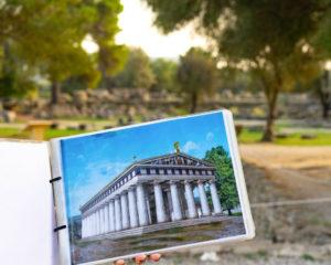 Sarah bezocht de historische monumenten in Olympia.
