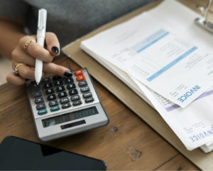 Pak je rekenmachine er maar bij, want met deze tips kun je een hoop kosten besparen als zzp'er.
