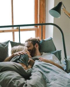 Het geheim van lange relaties? Samen saai kunnen zijn. Wat ga jij dus vanavond doen? Samen film kijken in bed en lekker knuffelen.