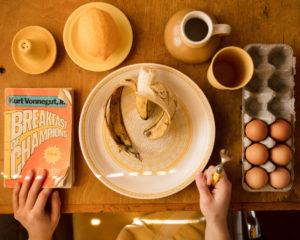 Als je al een kater hebt, kun je het beste bananen en eieren eten als ontbijt of tijdens de lunch.